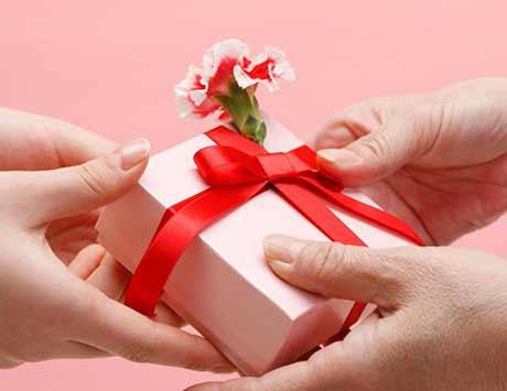 Các mẫu câu tiếng Anh dùng khi tặng và nhận quà