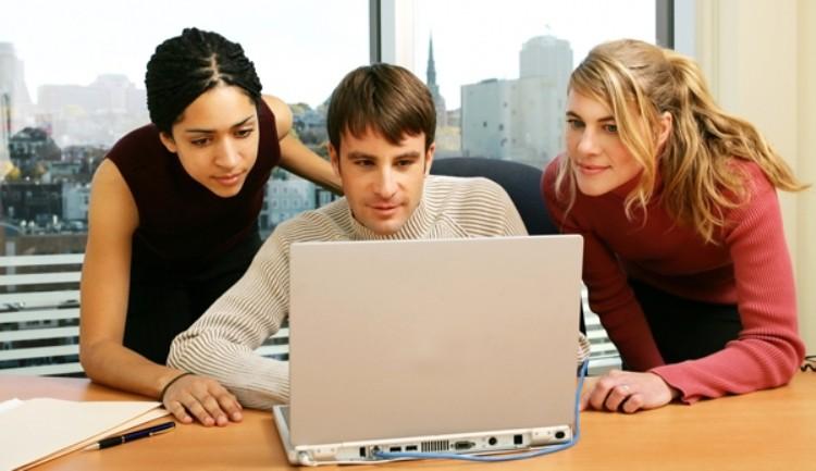Kỹ năng cần thiết như máy tính và tiếng anh  khi làm việc là một điều không thể thiếu